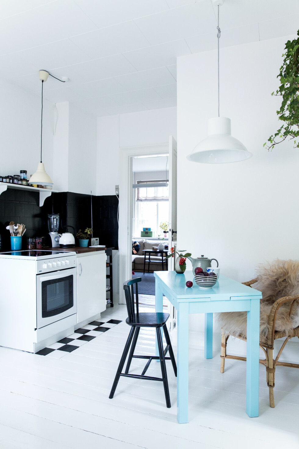 BRUK MALING: Du trenger ikke kjøpe nytt! Et lag sort lakk på et gammelt møbel gir det nytt liv. Den svarte barnestolen er fra IKEA. Foto: Pernille Kaalund