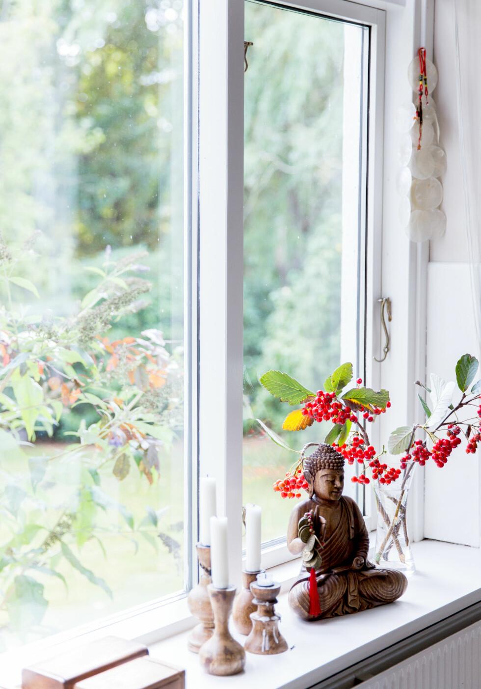 PYNT VINDUSKARMEN: Reiseminner fra fjerne himmelstrøk skaper god stemning hjemme.  Foto: Pernille Kaalund