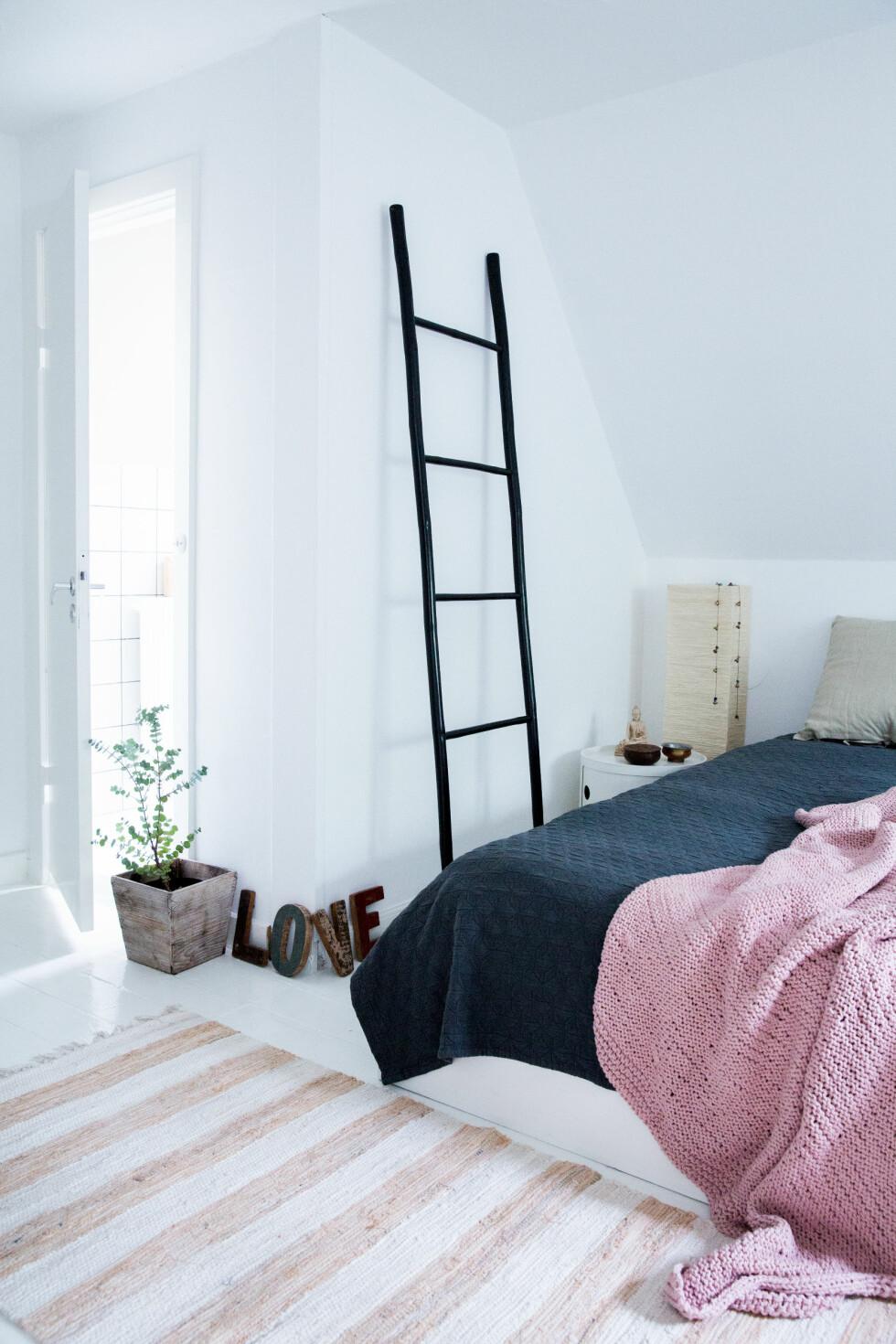 STIGE ER KULT: Det hersker en deilig zen-stemning på soverommet. Den svarte stigen er fra Broste, det samme er det gammelrosa teppet på sengen og lappeteppet på gulvet. Foto: Pernille Kaalund