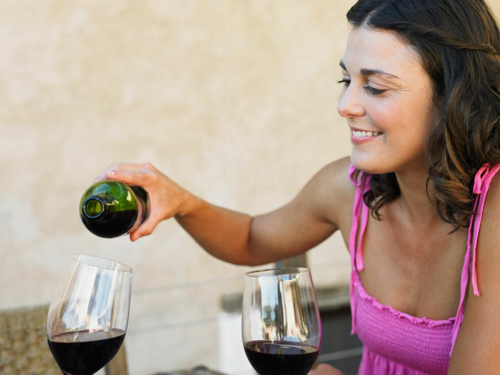 LUKT OG SMAK: Ikke være redd for å lukte og smake på vinen, pluss si din mening om den! Foto: Image Source/All Over Press
