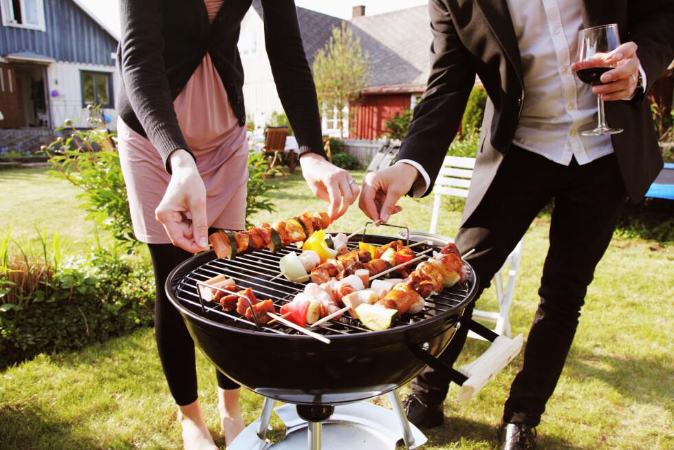 VARIERT: Ikke la det bli bare kjøtt og pølser på grillen i sommer. Spiser du variert og balansert blir det litt lettere å holde vekta. Foto: Scanpix/NTB