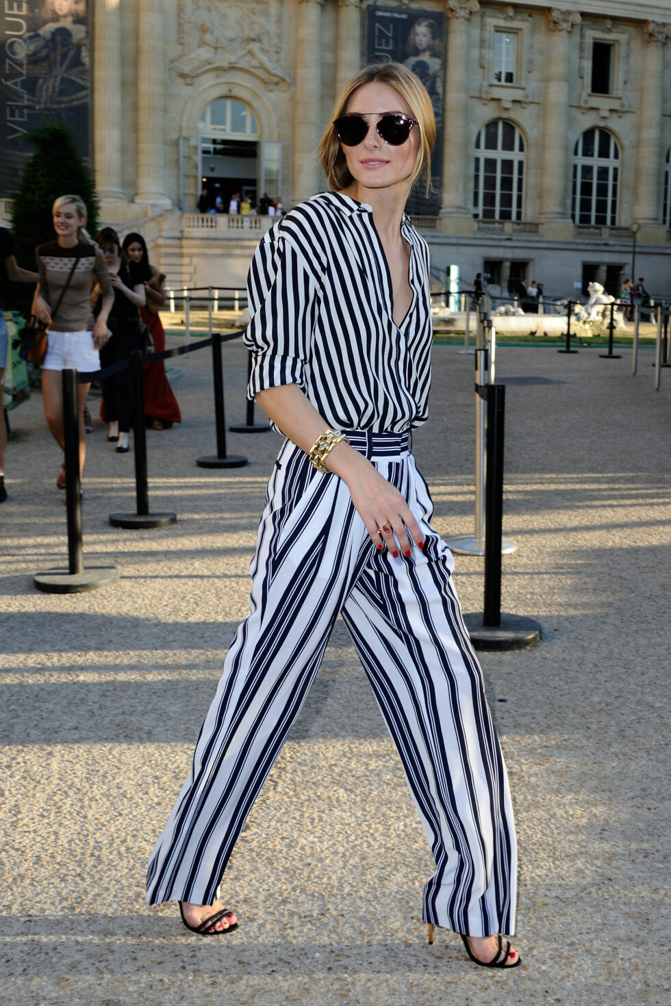 PÅ FASHION WEEK: Olivia Palermo i et stripete sett før couture-visningen til Giambattista Valli.  Foto: Abaca