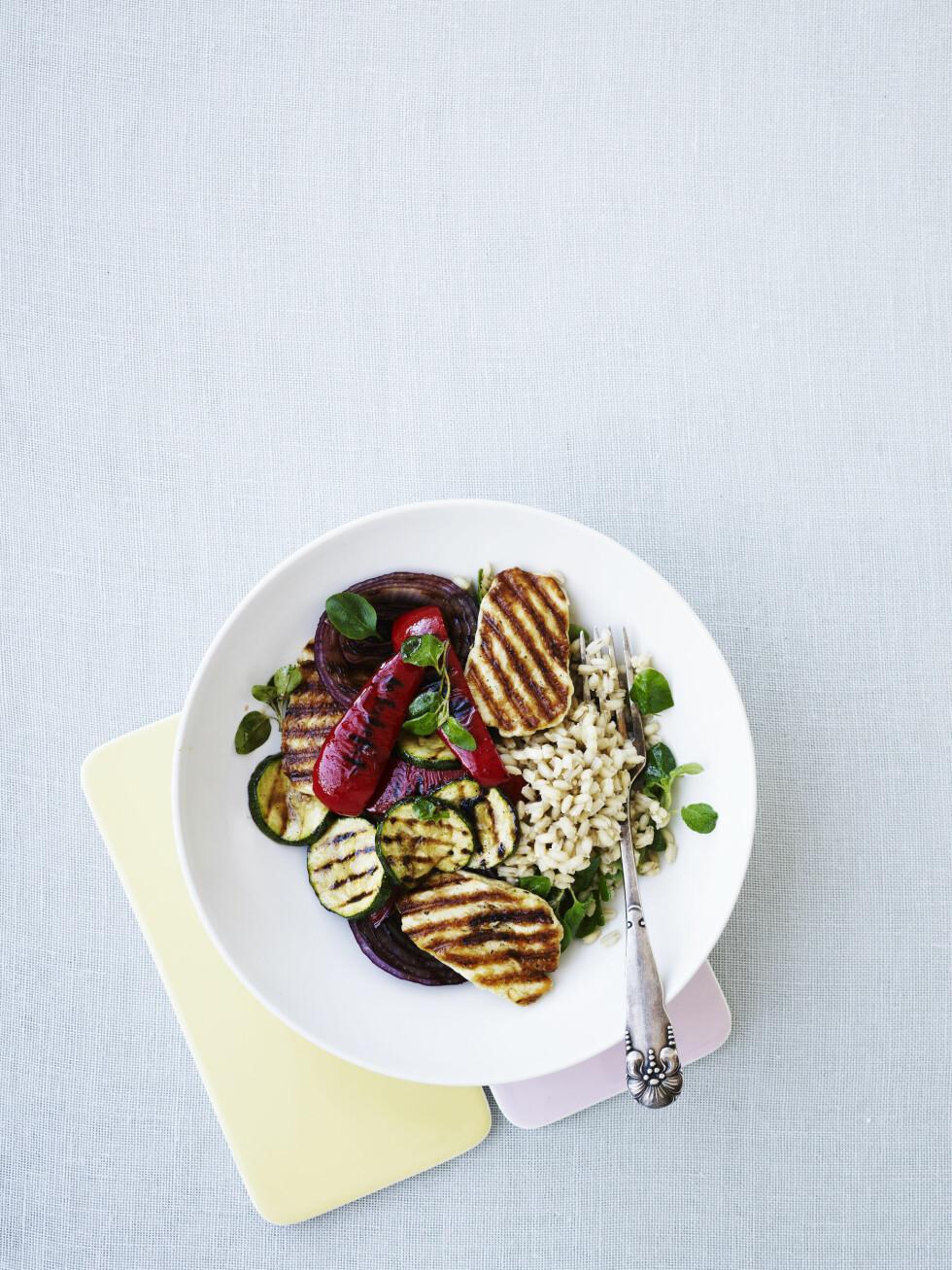 TIPS: Byggris er en slags nordisk quinoa, både sunt og smakfullt. Bruk det i salat som her, som tilbehør i stedet for fullkornpasta, eller sammen med grønnsaker og kjøtt som fyll i wraps. Foto: All Over Press