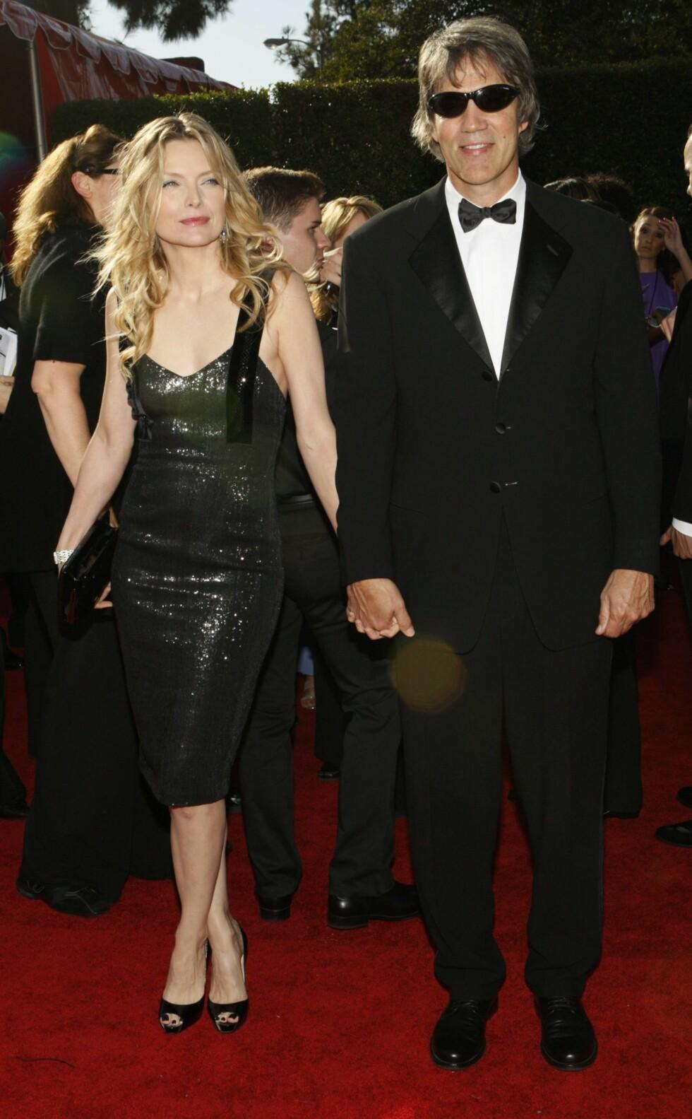 TRIVES GODT SAMMEN: Michelle Pfeiffer og David E. Kelly har levd lykkelig sammen som ektepar i 22 år. Foto: REUTERS
