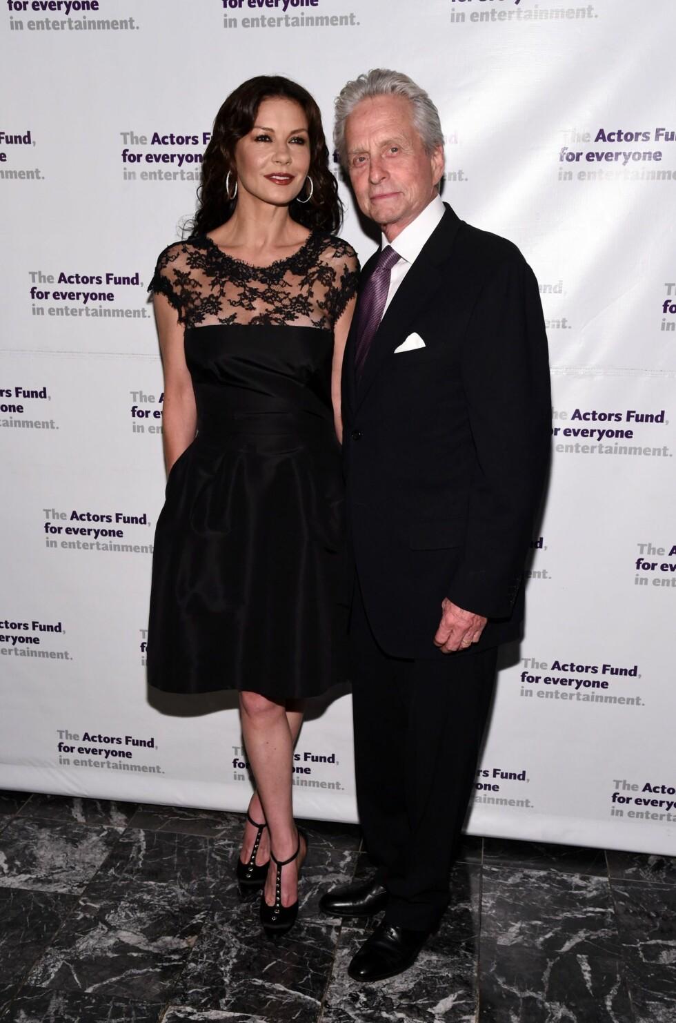 GIFTET SEG ETTER ET HALVANNET ÅR: Michael Douglas og Catherine Zeta-Jones giftet seg i november 2000.  Foto: Afp