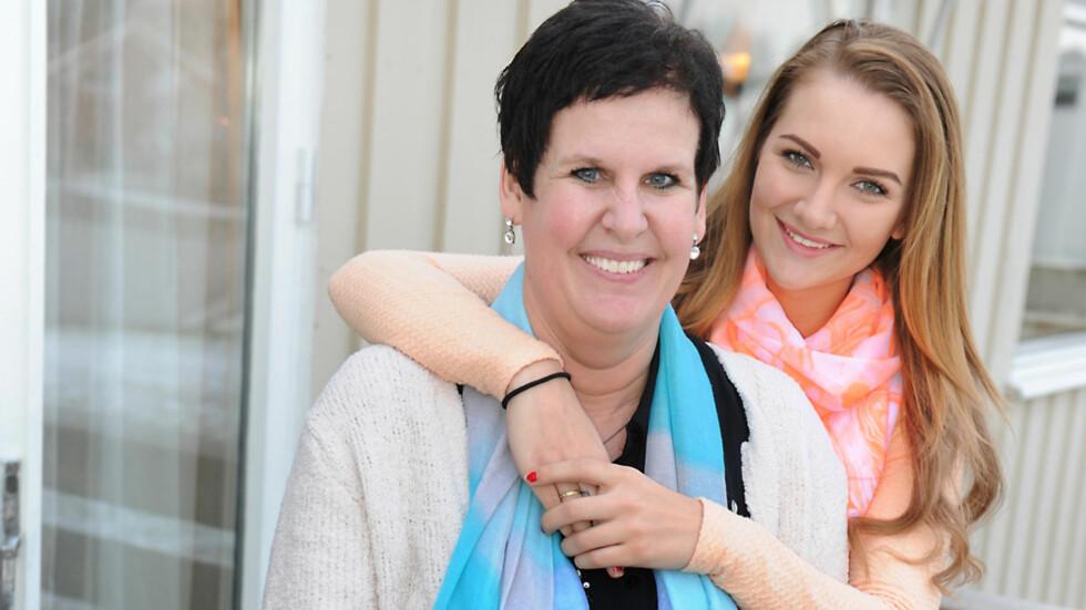 TRINE CELINE OG MAMMA LINDA: Det ble tomt i huset da Trine Celine flyttet hjemmefra tidligere i år, men hun besøker mamma Linda så ofte hun kan. Nå har hun også hjulpet mamma med å treffe en mann.  Foto: Marianne Otterdahl-Jensen