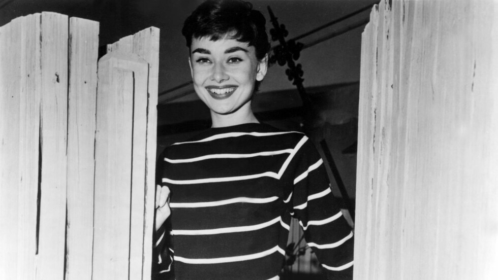 STRIPER HAR VÆRT TRENDY I MANGE ÅR: Audrey Hepburn iført stripete genser på 50-tallet.  Foto: All Over Press