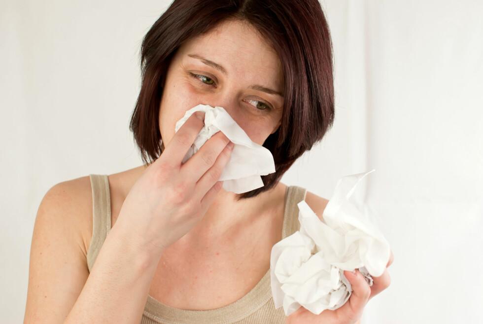 MYTER: Det er ikke uvanlig å ha en til to forkjølelser i året, og det finnes mange myter om hva som kan gjøre deg frisk i en fei. Foto: Scanpix/NTB