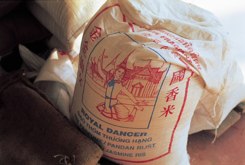 IKKE SÅ FLOTT EMBALLASJE, MEN ... En sekk med ris koster langt mindre enn mange små esker i fine farger. Fornuftig både for miljøet og lommeboka. Foto: RESO/REX/All Over Press