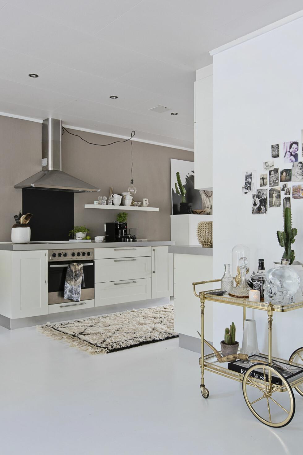 ÅPENT: Det er åpen løsning fra stuen til kjøkkenet. Bartrallen i stuen lager en fin overgang mellom avdelingene.  Foto: Jorunn Tharaldsen