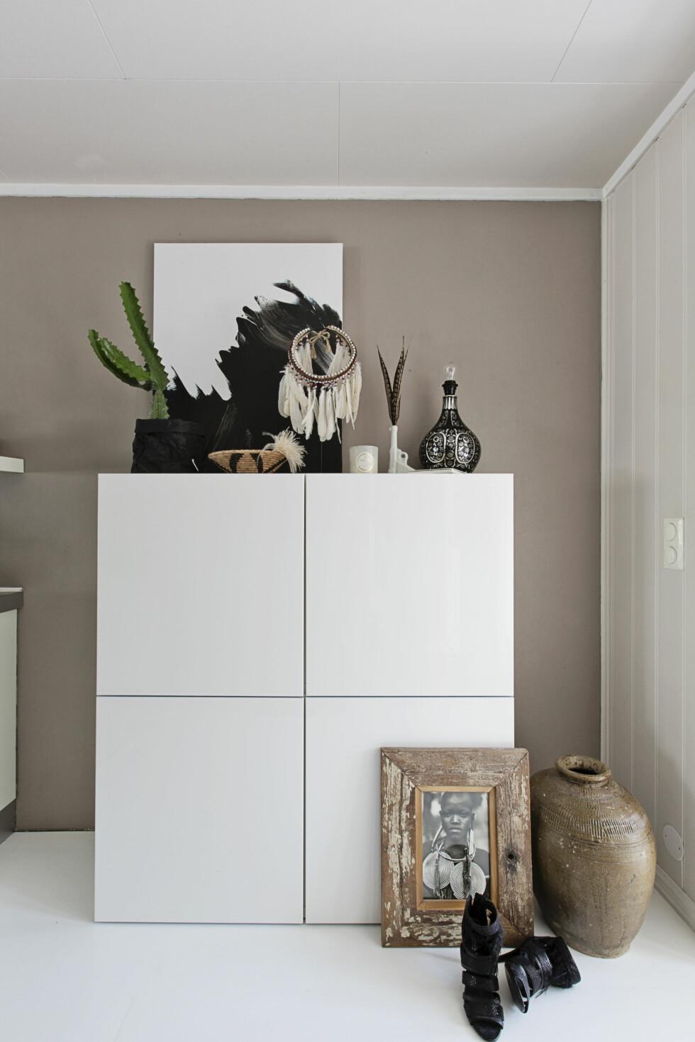 STILLEBEN: På kjøkkenet står et skap fra Ikea som rommer alt Linn ikke ønsker å ha stående framme. Selv på kjøkkenet er det et vakkert stilleben. – Jeg liker å sette sammen vakre og røffe ting i et stilleben, det gir et ryddigere utrykk, sier Linn. Foto: Jorunn Tharaldsen