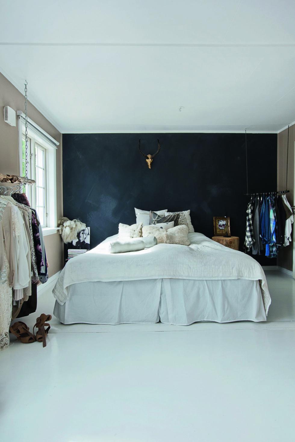 KLÆR TIL PYNT: - Jeg har alltid digget å bruke klær i interiøret, og lar de fineste kjolene henge fremme på soverommet. Det gjør meg glad! Foto: Jorunn Tharaldsen