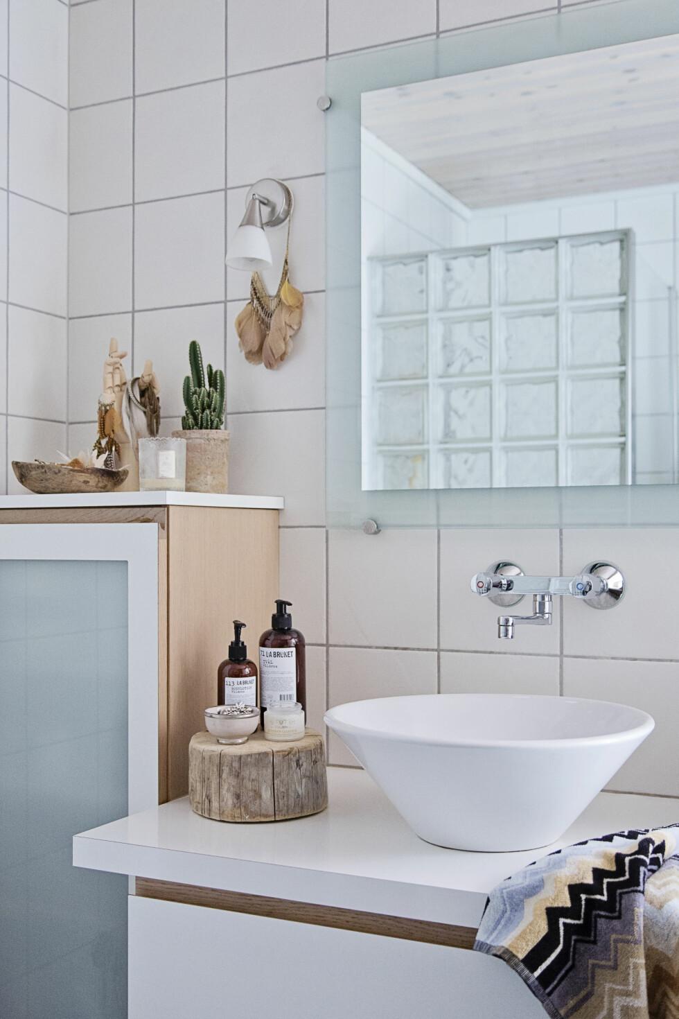 BADET: Selv på badet er det en liten trestubbe og fjær. Det er elementer som går igjen flere steder i huset. Håndkle fra Missoni Home (kr 150, millaboutique.no).   Foto: Jorunn Tharaldsen