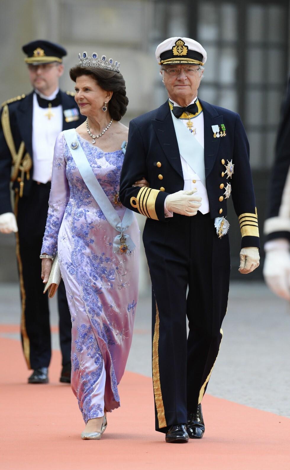 Sweden's King Carl XVI Gustaf (R) and Sweden's Queen Silvia arrive for the wedding of Sweden's Crown Prince Carl Philip and Sofia Hellqvist at Stockholm Palace on June 13, 2015. AFP PHOTO / JONATHAN NACKSTRAND Foto: Afp