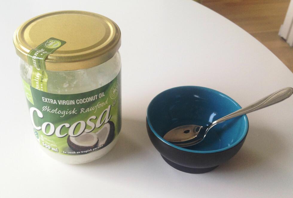HÅRKUR: Bruk kokosolje som en kur i håret for ekstra glansfullt hår og en sunn hodebunn. Foto: Aina Kristiansen