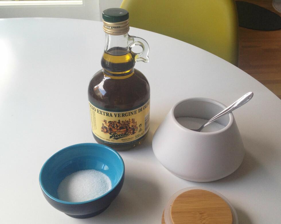 SUKKERSKRUBB: Bland olivenolje og sukker for en superenkel, men effektiv leppeskrubb.  Foto: Aina Kristiansen