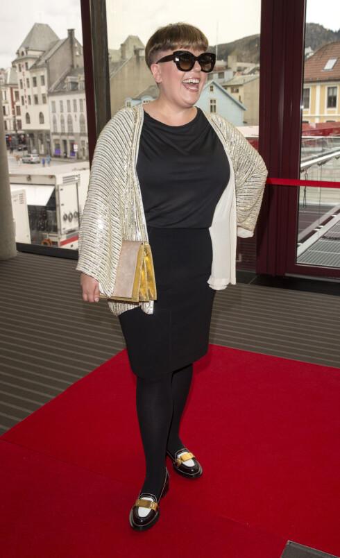 PERSONLIG STIL: Else droppet den lange gallakjolen, og stilte med store divabriller, sort kjole, glitrende jakke og loafers på Gullruten i Bergen sist lørdag. Foto: Andreas Fadum/Aller Media