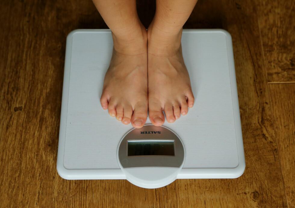 VEIER SEG OFTE: Noen veier seg flere ganger om dagen, noe som kan være et tegn på at forholdet til mat og vekt ikke er sunt.  Foto: NTB Scanpix