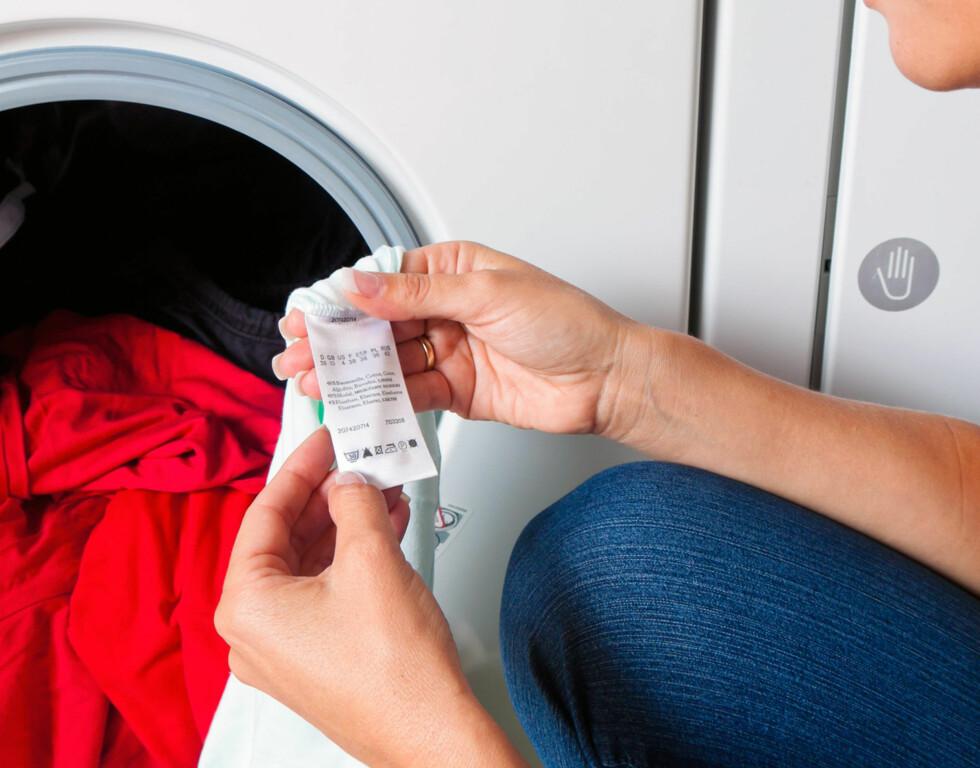 <strong>SJEKK ALLTID:</strong> Vaskelappen/anvisningen på innsiden av jakken bør ALLTID sjekkes før du hiver jakken i maskinen.  Foto: Erwin Wodicka/Colourbox