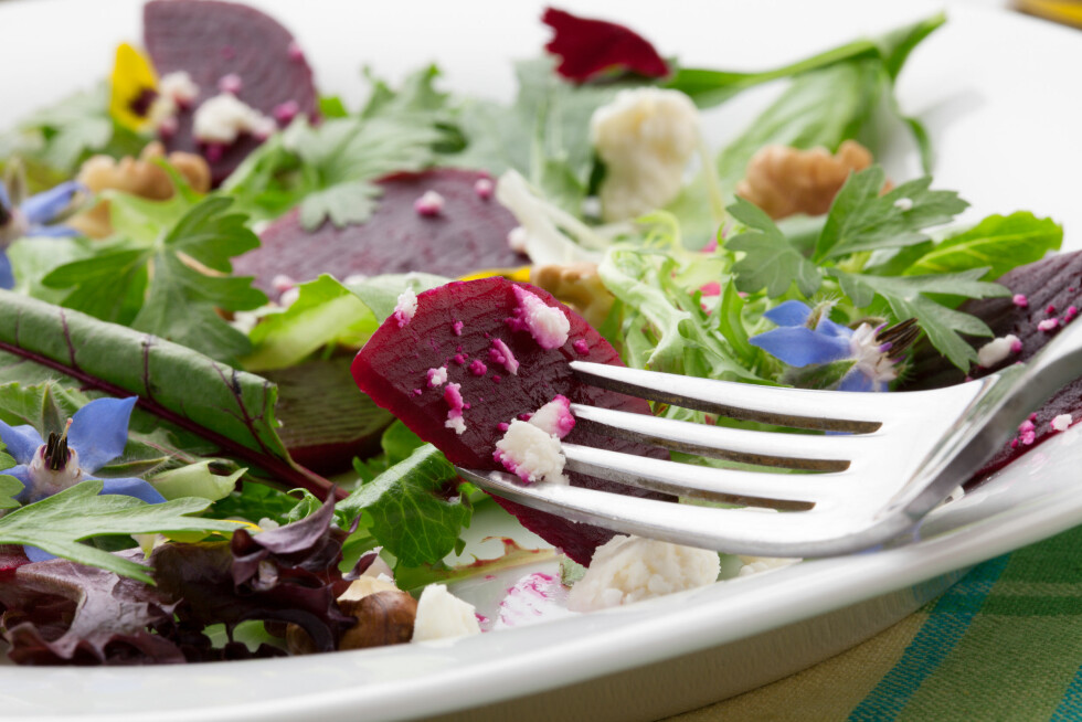 BLAD OG BETE: Begge deler er nydelig i salaten, så her er det ingen grunn til å kaste bladene på rødbetebunten. Foto: evgenyb - Fotolia