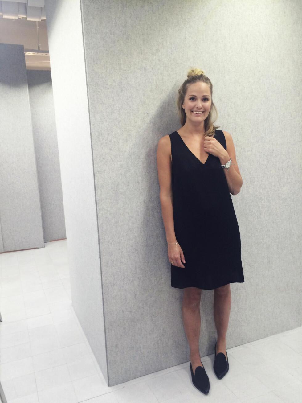 DEN LILLE STORTE: Maria styler kjolen enkelt med matchende, lave sko og rene smykker i sølv.  Foto: Mariaskappel.no