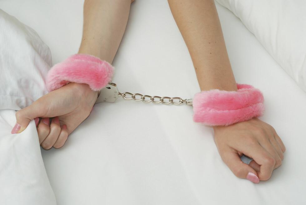 DOMINERE: Det er mange som kjøper både håndjern og pisker for å dominere partneren sin på soverommet. Foto: Bandido Images - Fotolia