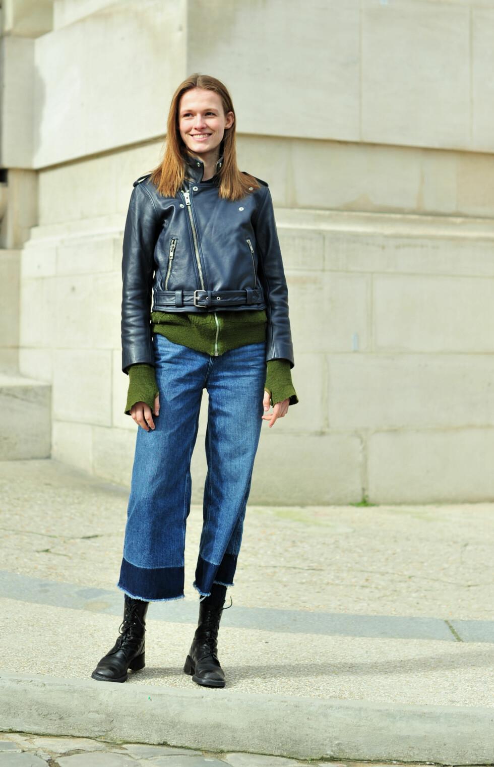 Modellen Emma Oak brukte culottene da hun løp mellom motevisningene i Paris.  Foto: Scanpix