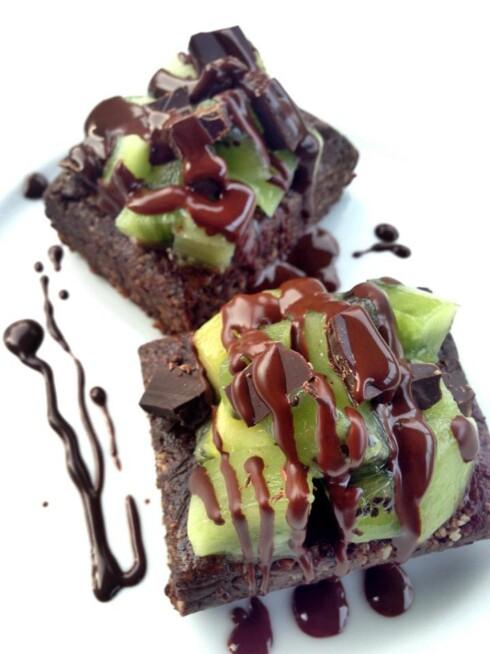 BROWNIES: Tenk å kunne lage brownies uten å bruke stekeovnen? Disse herlighetene kommer med et hint av lakris og kiwi. Foto: Iselin Amanda Støylen, Theuncookedvegankitchen.com