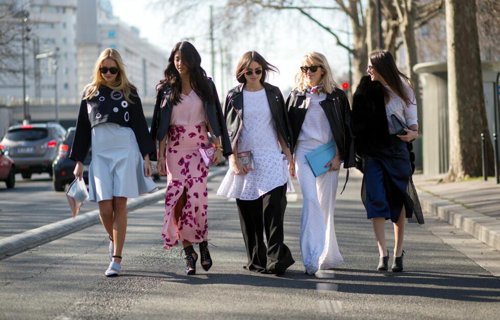 Under moteuken i Paris var det to av denne fasjonable venninnegjengen som gikk for kjole over bukser når de kledde seg for gatemotefotografene.  Foto: Scanpix