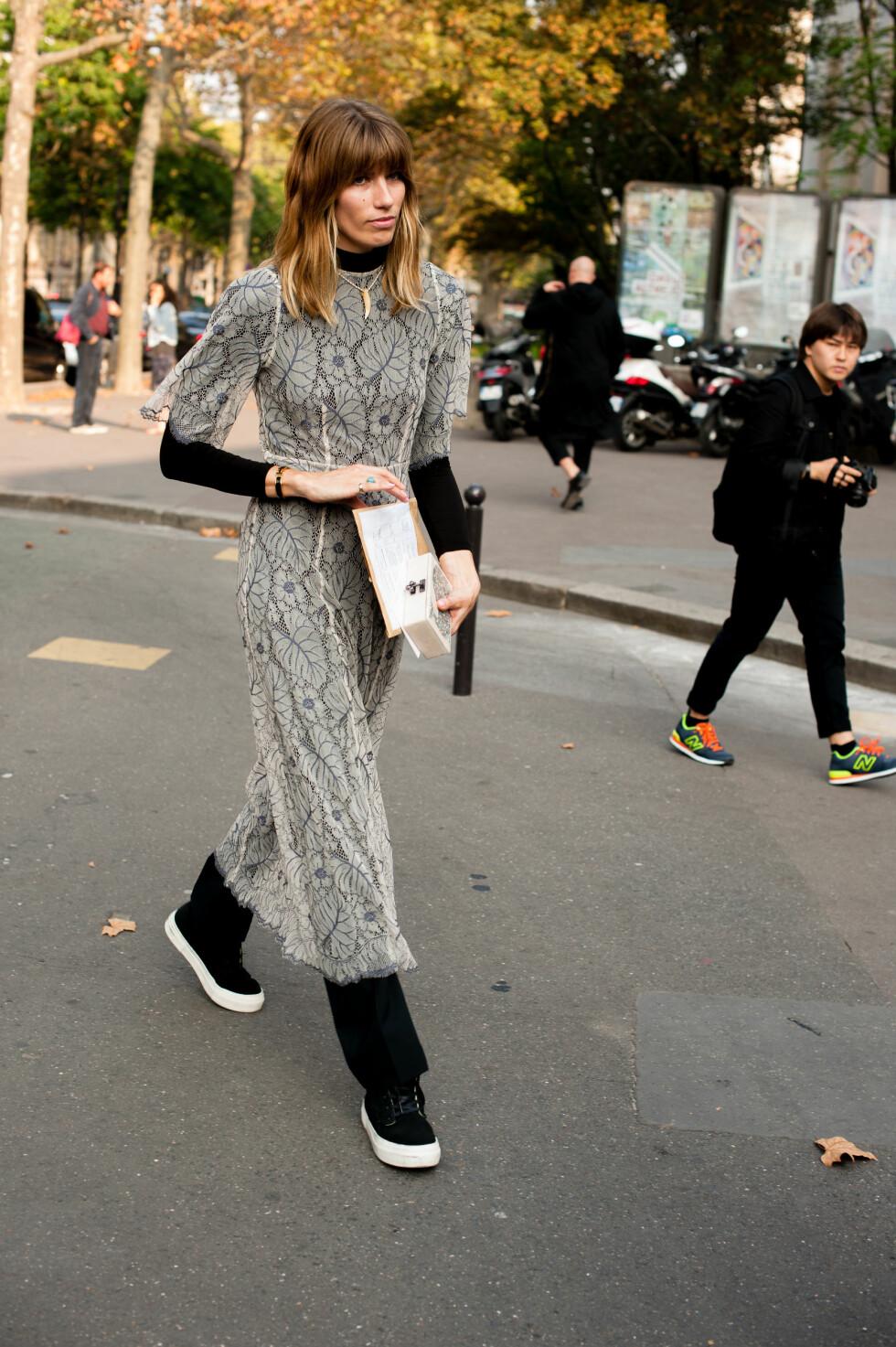 Moteikonet Veronika Heilbrunner brukte den transparente sommerkjolen over et helsvart antrekk kombinert med avslappede sneakers under moteuken i Paris.   Foto: Scanpix
