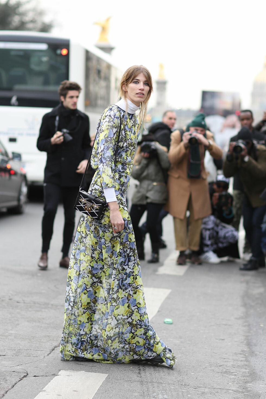 Veronika er stor fan av kombinasjonen av bukser og kjole i samme antrekk, og kledde seg deretter to ganger i løpet av moteuken i Paris.  Foto: Scanpix