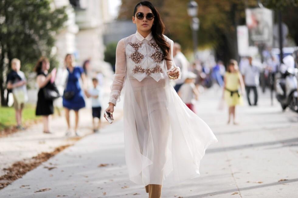 Når kjolen er litt for transparent til å brukes alene er et par bukser redningen. Du kan velge både farger som står i kontrast eller som harmonerer delikat med kjolens farge.  Foto: Scanpix