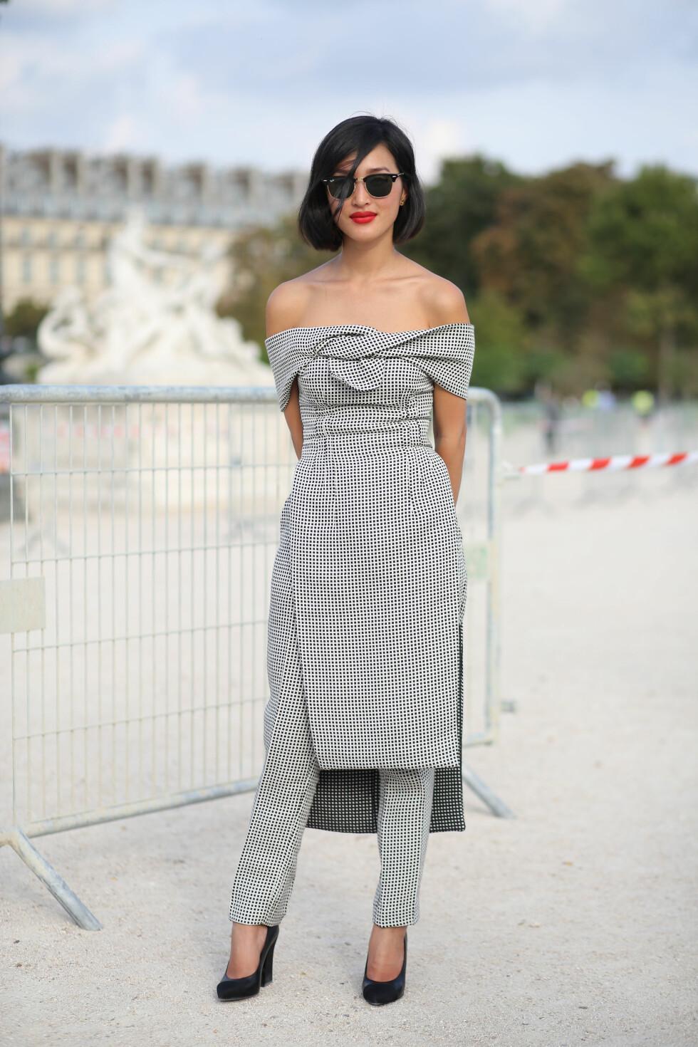 Moteikonet Nicole Warne gikk for et matchende kjole-buksesett under moteuken i Paris. Foto: Scanpix