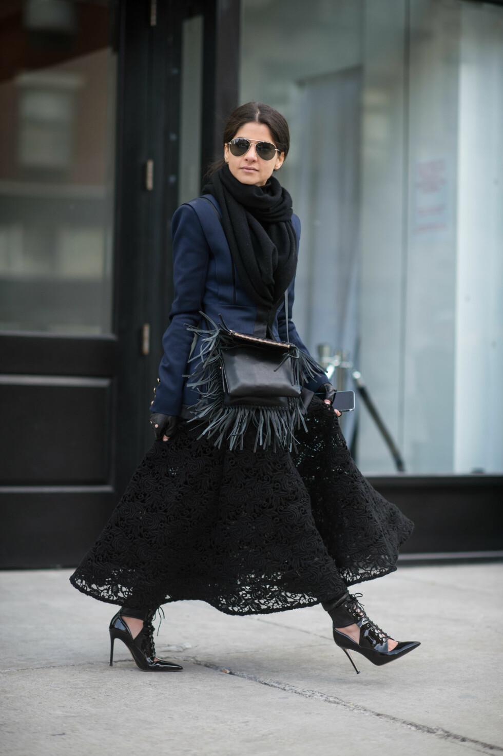 Når man bruker bukser under kjolen kan man plutselig bruke blondekjolen også når det er kaldt ute! Foto: Scanpix