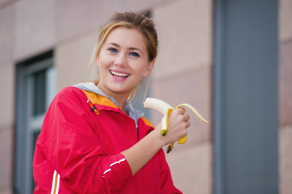 SLUKER DU BANAN RETT FØR TRENING? Hvis du er flink til å spise regelmessig er det faktisk ingen grunn til å sluke en banan før treningsøkten. Det kommer selvsagt an på hva du skal trene, men det viktigste er at du spiser noe etter trening, ifølge treningsekspertene.  Foto: Fotolia