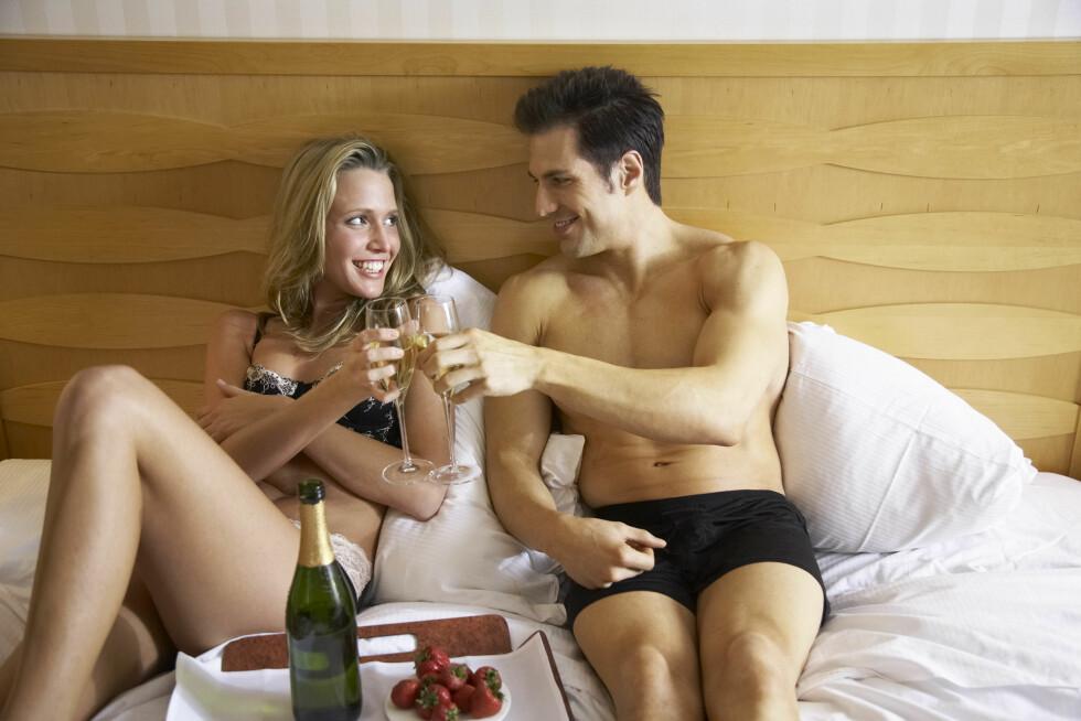 INTIMITET: De fleste par klare å overleve litt tørke i kortere perioder, så fremst man klarer å ta vare på flørten og intimiteten i forholdet likevel. Foto: Scanpix/NTB