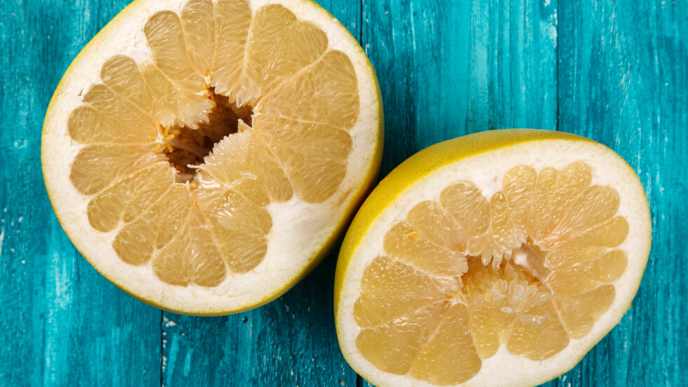 POMELO-SESONG: Vi nordmenn elsker sitrusfrukter, og vi spiser hele 5000 tonn appelsiner i påsken. Men hvorfor ikke prøve en pomelo? Foto: George Dolgikh - Fotolia