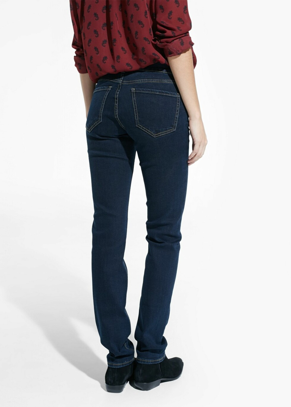 FIN RUMPE: Tydelig markerte baklommer på jeansene hjelper til å løfte og gi rumpa sprett. Jeans fra Mango, kr 299.  Foto: Produsentene