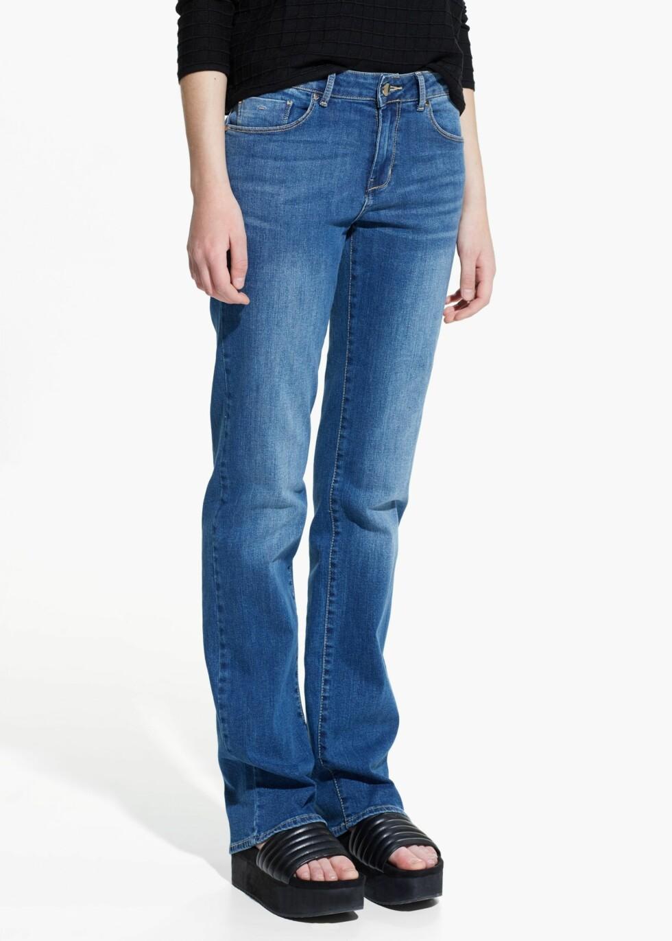 BALANSER: Et par jeans i såkalt cigarette- eller bootcut-design skaper balanse dersom du har brede hofter. Jeans fra Mango, kr 299. Foto: Produsentene