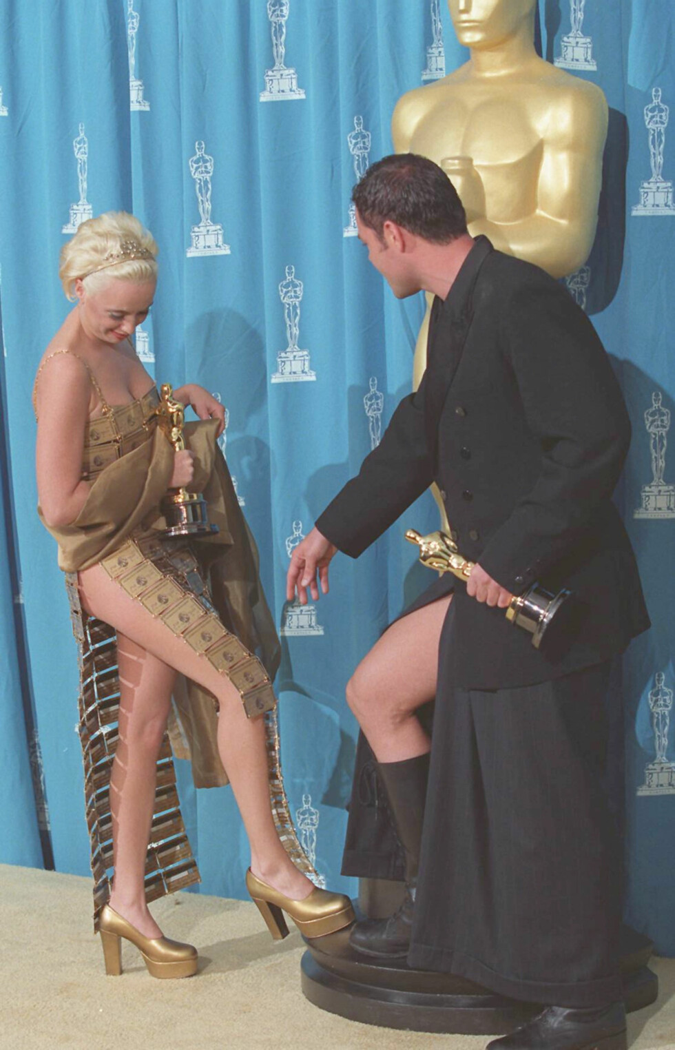 Lizzy Gardner shows off her dress of credit cards to Tim Chappel at the 1995 Academy Awards ceremony. Gardiner and Chappel won the award for Best Costume Design for their work on The Adventures of Priscilla, Queen of the Desert. - photographed: March 27, 1995 Foto: (c) Steve Starr/CORBIS/All Over Press