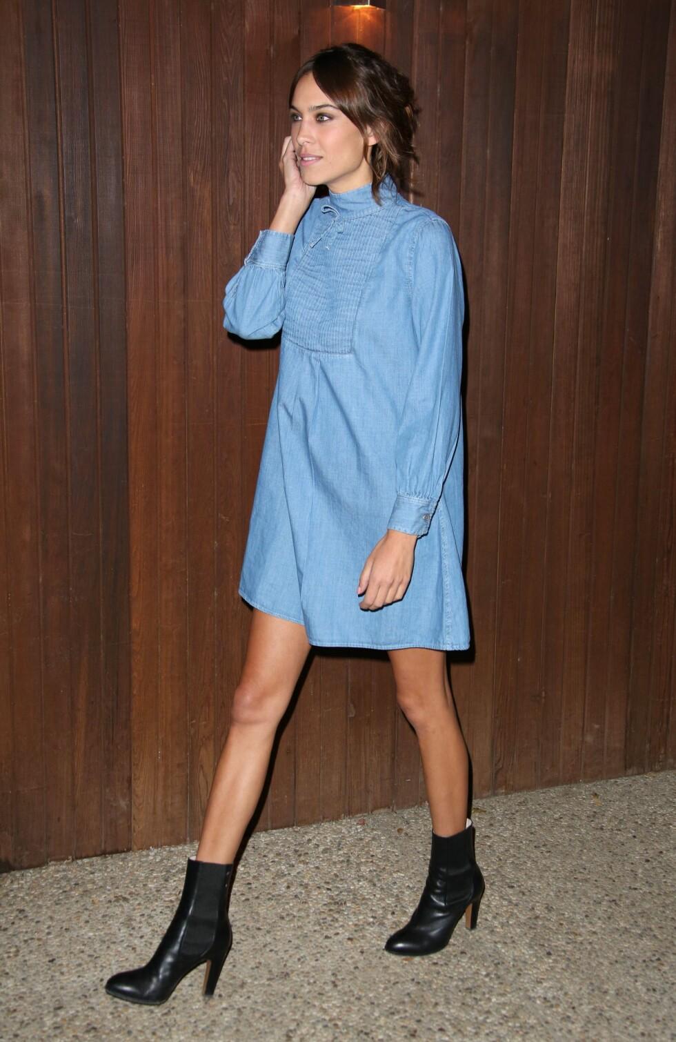 Moteikonet Alexa Chung lanserte AG jeans-samarbeidet sitt iført en western-inspirert denimkjole.  Foto: All Over