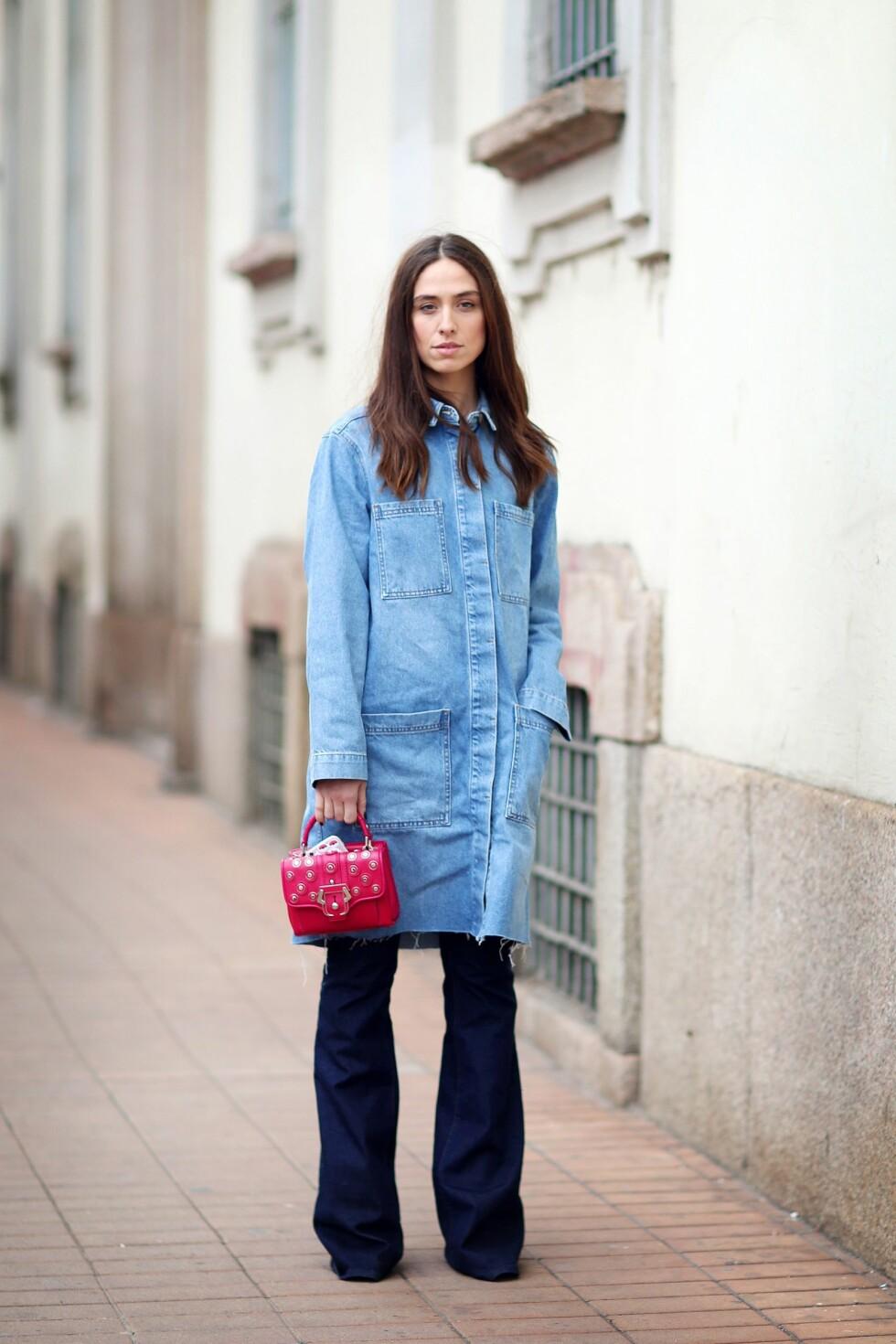 Denimkjolen trenger ikke bare bli brukt som en kjole. Lag på lag.trenden er het som aldri før, og en kjole brukt over jeansene er en av vårens store trender.  Foto: All Over