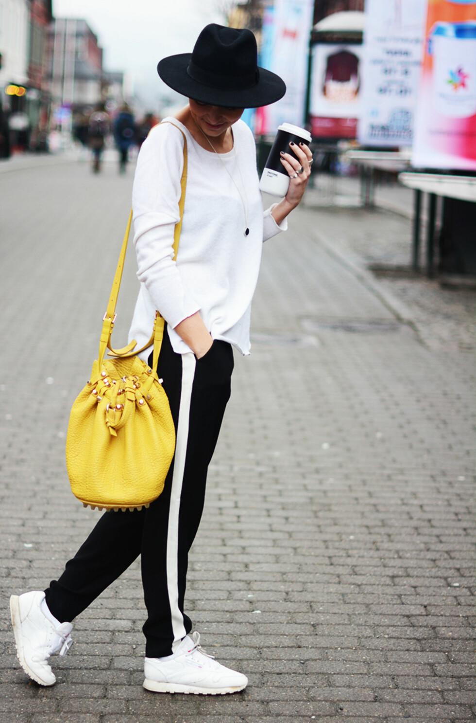 <strong>SMELL AV FARGE:</strong> Gjør som Marie og gå for det svart-hvite antrekket med god samvittighet ved å inkorporere en sterk farge for en vårfresh look.   Foto: Outandaboutmarie.com