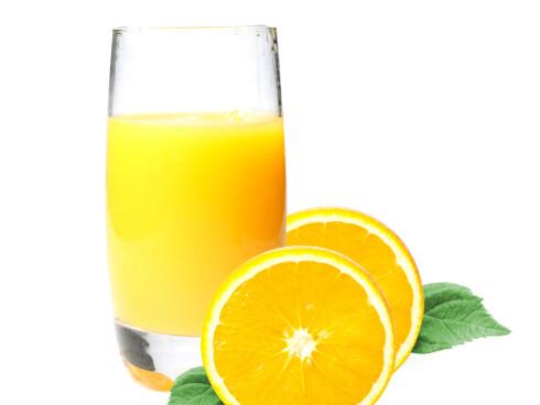 LAG DIN EGEN: Hjemmelaget er alltid best - også når det gjelder drikke. Ved å lage appelsinbrusen selv reduserer du både kalori- og sukkerinnhold betraktelig. Blant ut to deler sprudlende mineralvann med én del appelsinjuic - og voila! Foto: Colourbox