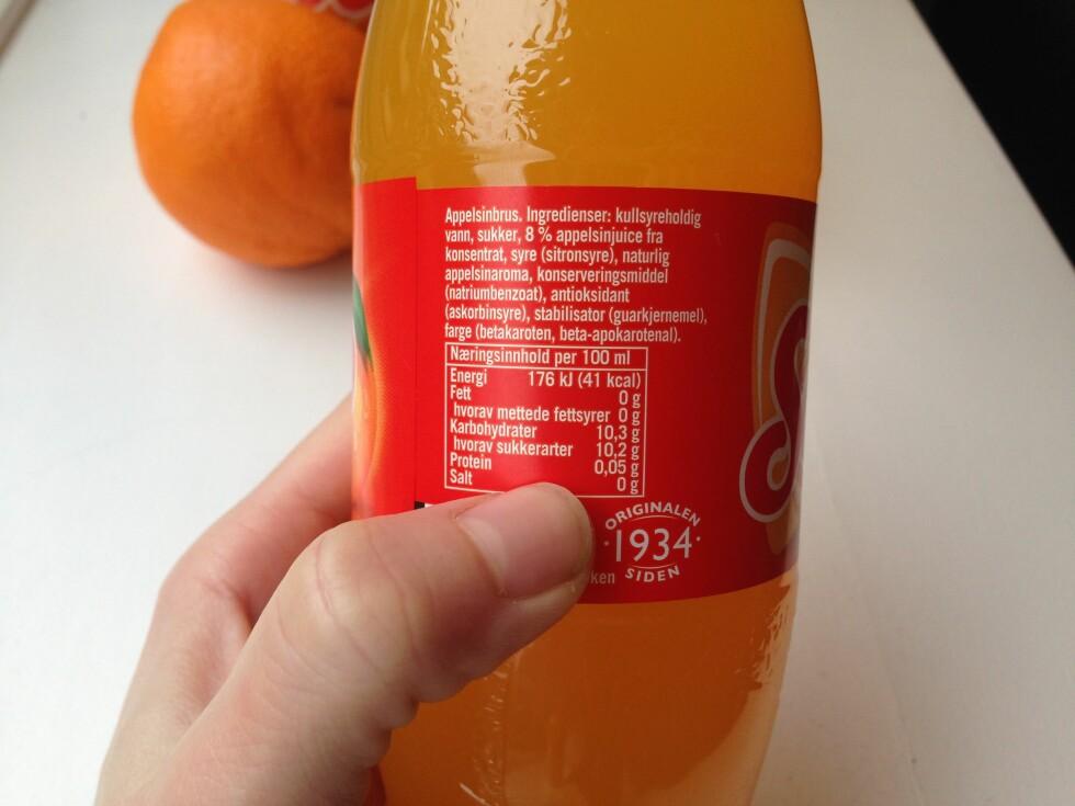 INGREDIENSER: Ifølge ernæringsfysiologen inneholder Solo litt minst sukker per 100 gram, og litt mindre kalorier enn andre sukkerholdige brus-drikker.  Foto: Tone Ruud Engen