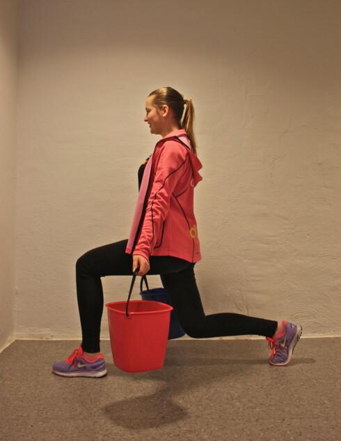 UTFALL: Er en knallgod og tøff øvelse som vil få opp pulsen din. For litt ekstra tyngde, hold gjerne bøtter med vann i hendene.