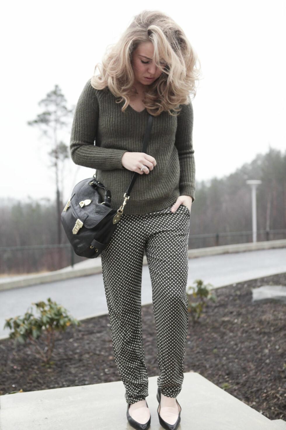 MILTÆRGRØNN: Monique kler seg i den populære vårfargen, og gir antrekket en leken vri med mønstret bukse og iøynefallende sko. Foto: Moniquelund.com