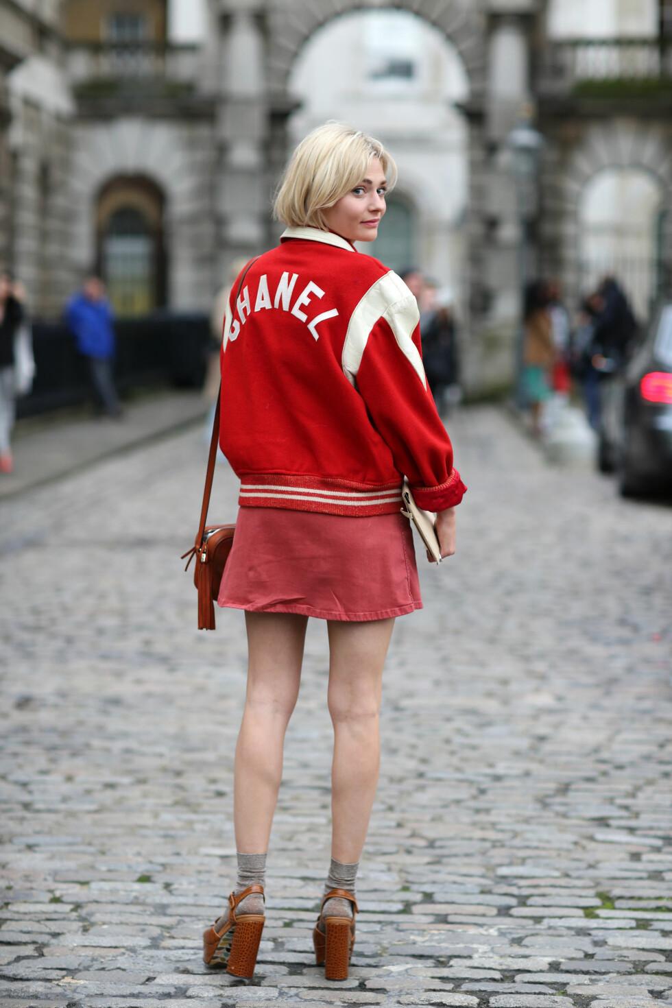 Motejournalisten Pandora Sykes går for miniskjørt, men vil varme tærne med sokker i de åpne sandalene da hun deltok på moteuken i London.  Foto: All Over