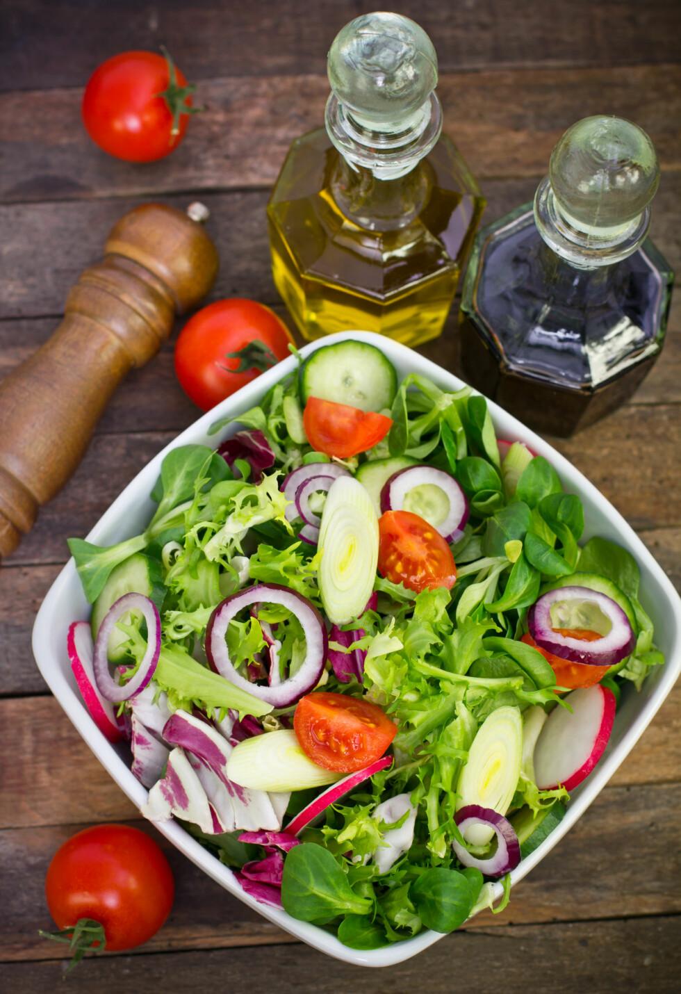 TRE TING DU BØR HA I SALATEN: Ifølge enæringsfysiologen bør du alltid sørge for å ha noe friskt og fargerikt, noe ekstra smakfullt og en god dose sunt fett i salaten din.  Foto: pilipphoto - Fotolia
