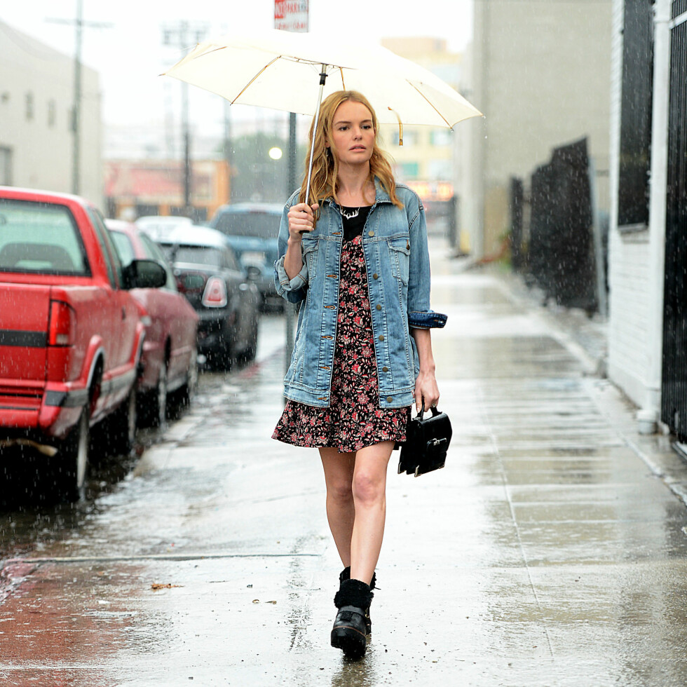 Skuespiller og moteikon Kate Bosworth viste at solen ikke trenger å skinne for at blomsterkjolen kan brukes.   Foto: All Over